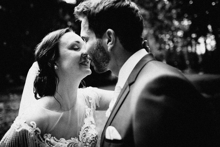 Hochzeitspaar beim Fotoshooting im Schloßpark Steyr