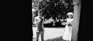 Das Hochzeitspaar wartet vor der Trauung, er gibt das OK mit dem Daumen
