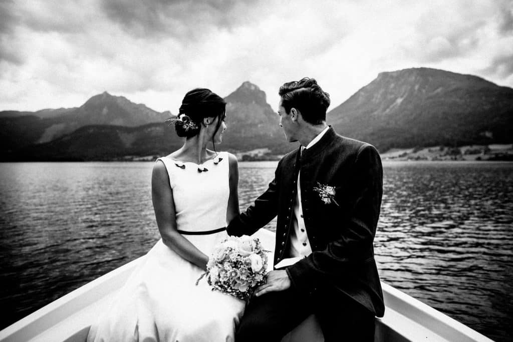 Hochzeitspaar auf einem Boot am Wolfgangsee, Österreich