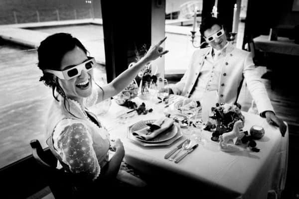 Hochzeitspaar hat 3D Brillen aufgesetzt und amüsiert sich