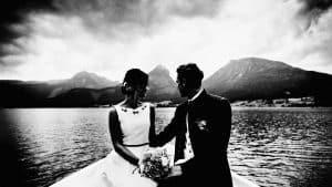 Ein Brautpaar sitzt in einem Boot am Wolfgangsee.